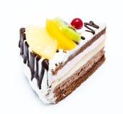 Stück des Schokoladenkuchens mit der Zuckerglasur und frischer Frucht lokalisiert Lizenzfreies Stockbild
