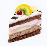 Stück des Schokoladenkuchens mit der Zuckerglasur und frischer Frucht lokalisiert auf a Stockfotografie