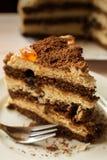 Stück des Schokoladenkuchens mit einer Gabel lizenzfreies stockfoto