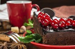 Stück des Schokoladenkuchens mit einer Schale Stockfoto