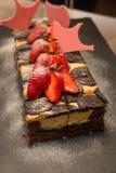 Stück des Schokoladenkuchens mit Erdbeere Lizenzfreie Stockfotografie
