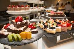 Stück des Schokoladenkuchens mit Erdbeere Stockfotografie