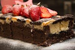 Stück des Schokoladenkuchens mit Erdbeere Lizenzfreie Stockfotos