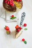 Stück des Schokoladenkuchens mit frischen Beeren Stockfotos
