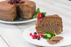 Stück des Schokoladenkuchens mit Ganache und Beerenobst Stockfotos