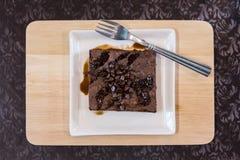 Stück des Schokoladenkuchens mit hölzernem Behälter Lizenzfreie Stockfotos