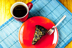 Stück des Schokoladenkuchens mit Kaffee stockfotografie