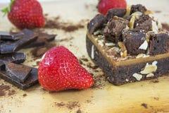 Stück des Schokoladenkuchens mit Schokolade und Erdbeeren Lizenzfreie Stockbilder