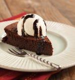 Stück des Schokoladenmandel-Getreidemehlkuchens mit balsamischem Nieselregen Lizenzfreies Stockfoto