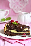 Stück des Schokoladenschokoladenkuchens mit mascarpone Stockfotos