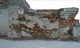 Stück einer ruinierten alten Wand des Ziegelsteines Lizenzfreie Stockfotografie