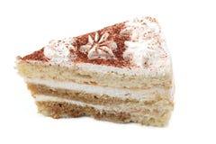Stück eines weißen Kuchens mit den Blumen und Schokoladensplittern lokalisiert auf einem weißen Hintergrund stockfotos