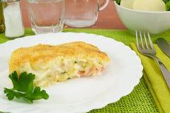 Stück gebackene Kartoffeln des Kuchens mit Schinken und Käse Stockfotos