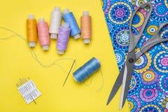 Stück heller Stoff und Gegenstände für Näharbeit stockfoto