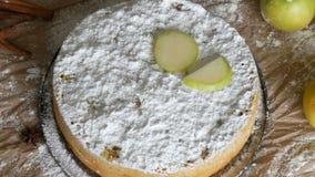 Stück köstlicher traditioneller frisch gebackener selbst gemachter üppiger Apfelkuchen Charlotte reich pulverisiert mit dem Puder stock footage