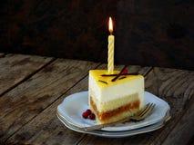 Stück Kuchen und Kerze Burning Niigata-Kuchen Kopieren Sie Platz stockfotos