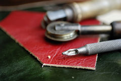 Stück Leder und einige Hilfsmittel Stockfotos