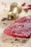 Stück neues Rindfleisch und spises Stockfotos