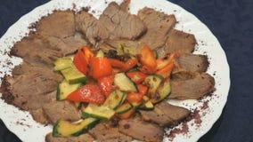 Stück Rindfleisch legend auf die Platte an den Restaurants stock video