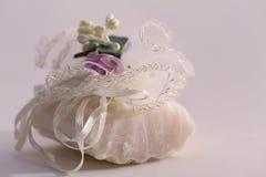 Stück Seife eingewickelt als Geschenk Lizenzfreies Stockbild