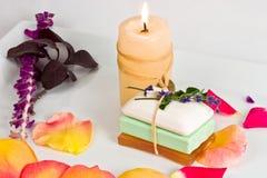 Stück Seifen und Kerze lizenzfreie stockfotografie