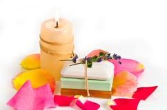 Stück Seifen und Kerze stockfoto
