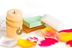 Stück Seifen und Kerze stockfotografie