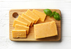 Stück und Scheiben des Cheddar-Käses Lizenzfreies Stockbild