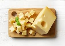 Stück und Würfel des Schweizer Käses Stockfoto
