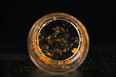 Stück von Cannabisölkonzentratalias Trümmern auf einem Inh. Lizenzfreie Stockbilder