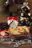 Stück von Panettone - süßes Brotlaib mit der Frucht traditionell für stockbild