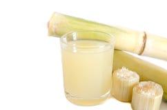 Stück Zuckerrohrsaft in einem Glas stockbilder