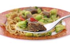 Stückchen Rindfleisch und Gemüse auf Gabel stockfotos