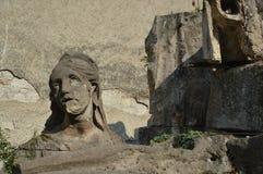 Stücke alte gebrochene Statuen in einem Yard lizenzfreies stockbild