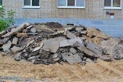 Stücke alter Asphalt vor einem Haus Lizenzfreie Stockfotos