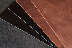 Stücke braunes und schwarzes Leder Lizenzfreie Stockfotografie