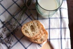 Stücke Brot, Milch und lavander stockbilder