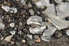Stücke defektes Glas auf nassem Asphalt Stockbild
