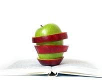 Stücke der Äpfel und des Buches stockfoto