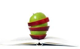 Stücke der Äpfel und des Buches auf Weiß lizenzfreies stockbild