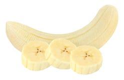 Stücke der abgezogenen Banane lokalisiert auf Weiß mit Beschneidungspfad stockbild