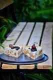 Stücke der Fruchttorte mit Erdbeeren und anderen Beeren stockfoto