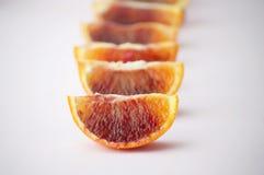 Stücke der geschmackvollen saftigen Blutorange auf weißem Hintergrund Horisont lizenzfreies stockfoto