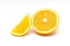 2 Stücke der geschnittenen Orange lokalisiert auf weißem Hintergrund Stockfoto