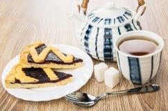Stücke der Heidelbeere, Teekanne, Tasse Tee, klumpiger Zucker Lizenzfreie Stockfotos