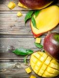 Stücke der Mango mit Laub stockbild