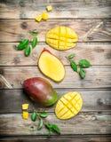 Stücke der Mango mit Laub lizenzfreies stockbild