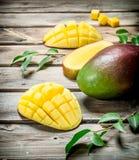 Stücke der Mango mit Laub stockbilder