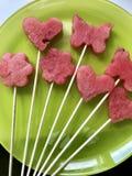 Stücke der Masse der Wassermelone werden mit einem Stempel geschnitten Sie werden verschiedene Formen gegeben Aufgereiht auf Aufs lizenzfreies stockfoto