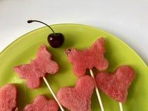 Stücke der Masse der Wassermelone werden mit einem Stempel geschnitten Sie werden verschiedene Formen gegeben Aufgereiht auf Aufs stockfoto